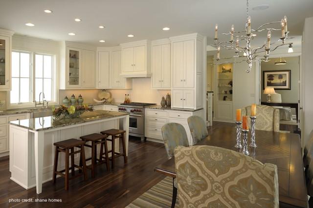 开放式厨房整体橱柜整齐划一 欧式风格灯具点缀出彩