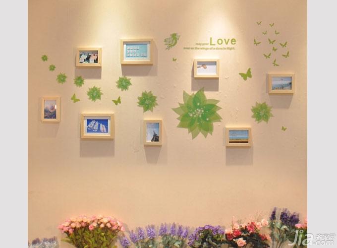 着背景墙的绿色手绘花朵蝴蝶,呈现一片清新自然的氛围.-简单照片