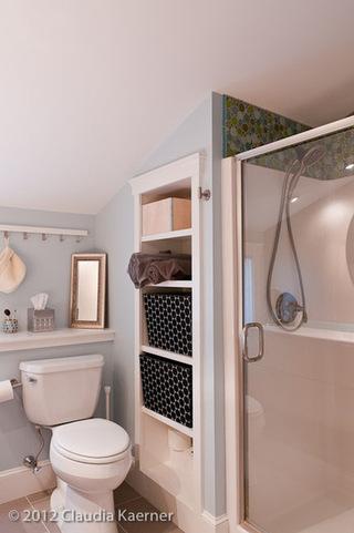 多伦多公寓卫生间 在墙体里开凿更实用的空间
