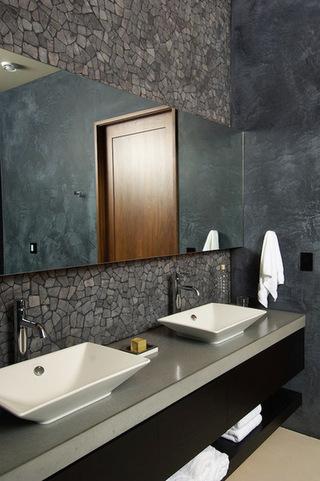 黑色的墙壁黑暗的脉络大理石给人的印象的一个更大的空间