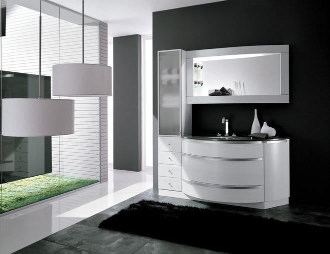 玛瑙美丽的浴缸,背光给墙上安装一种空灵的辉光
