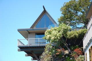 悬崖峭壁上的现代简约别墅