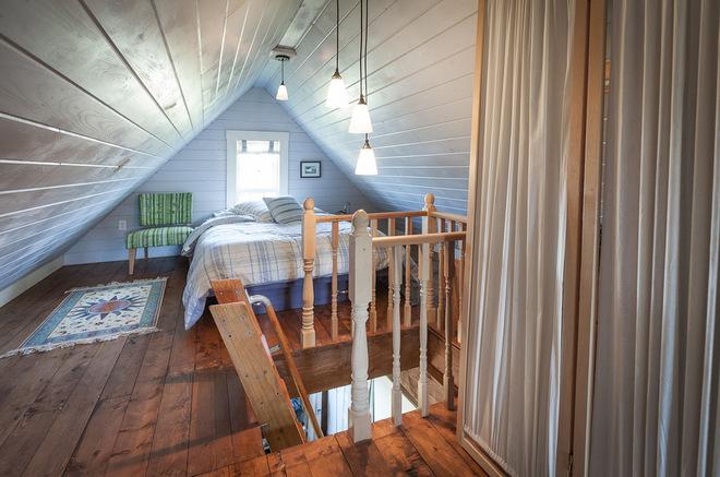 云杉地板松樹樓梯 粉刷墻壁和腳線都給環境明亮清新的感覺