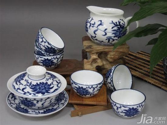 这一款青花瓷茶具是一套茶具,茶具上的花纹富贵祥和,彰显着吉祥与