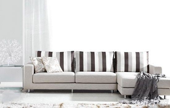 浅灰色vs黑白色条纹 纯白色的沙发是简易生活中必不可少的意见家具单