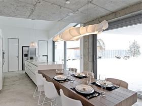 单调沉稳的餐厅家具图片