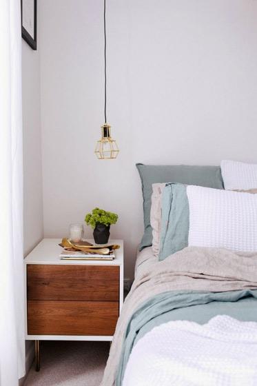 白色实木床头柜图片