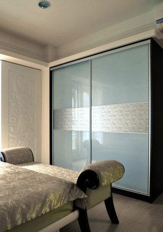 蓝灰色玻璃门衣柜设计