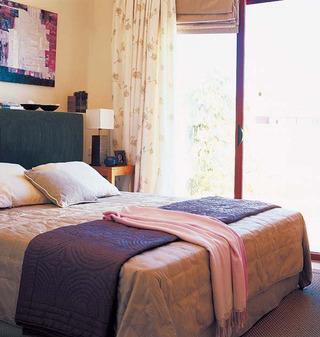 紫色温馨卧室设计效果图
