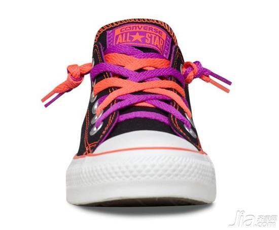 1,两条鞋带在里面打结之后穿出来; 2,两条鞋带交叉之后从第二孔穿图片