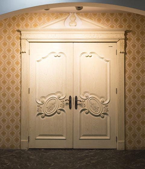 白色优雅欧式木门图片