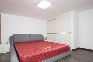 简约白色卧室移门衣柜设计