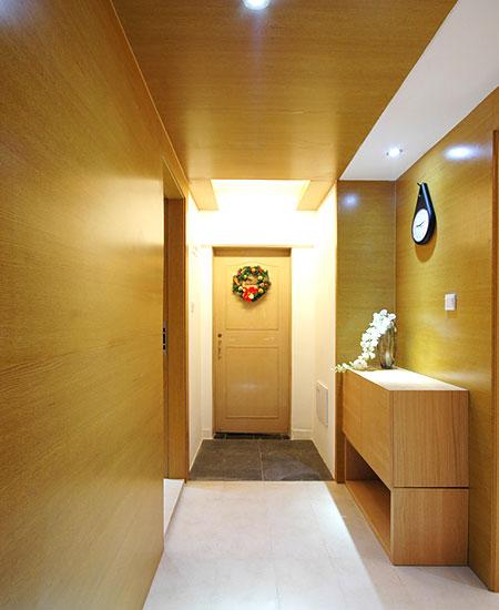 原木温馨木质玄关背景墙