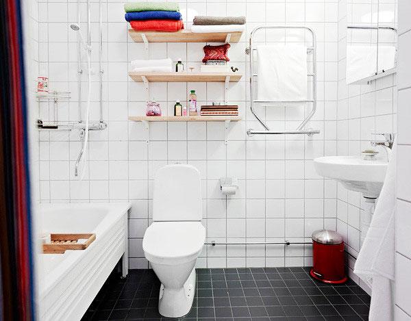 毛巾架反正不占空间,放在墙面上就好