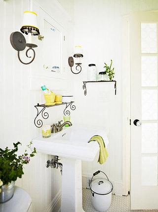 洗手台上方有个性的搁架设计