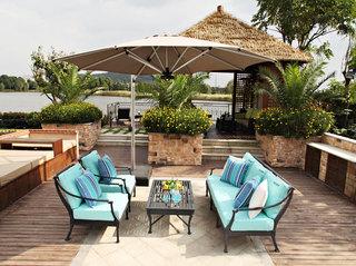 蓝色的沙发垫,散发着小清新,灰色的太阳伞,充满古朴。