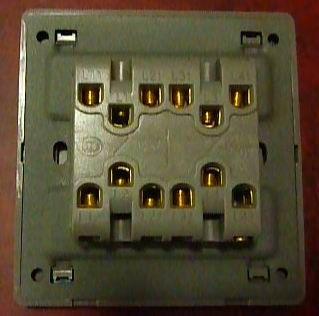 个用电器被几个开关控制着,这里可以开关,那里也可以开关,比如楼梯灯