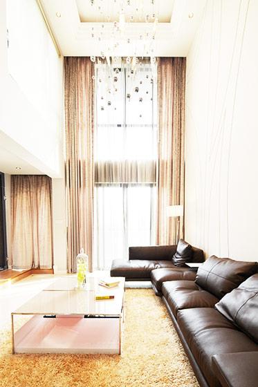 现代简约跃层装修客厅设计