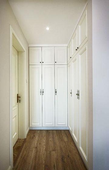 白色简约风过道衣柜设计
