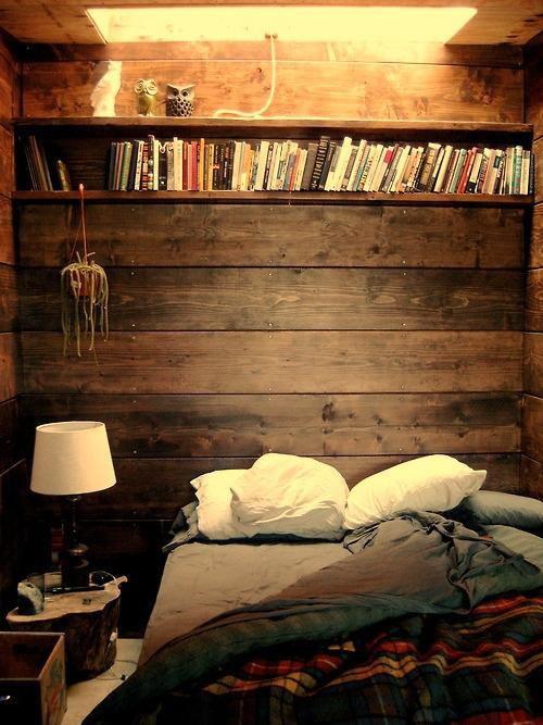 温馨的卧室墙壁隔板收纳