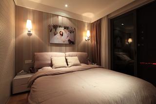 温馨美式主卧室 条纹壁纸背景墙设计