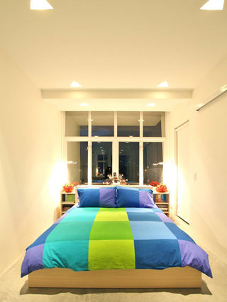 现代简约床头靠窗卧室装修效果图