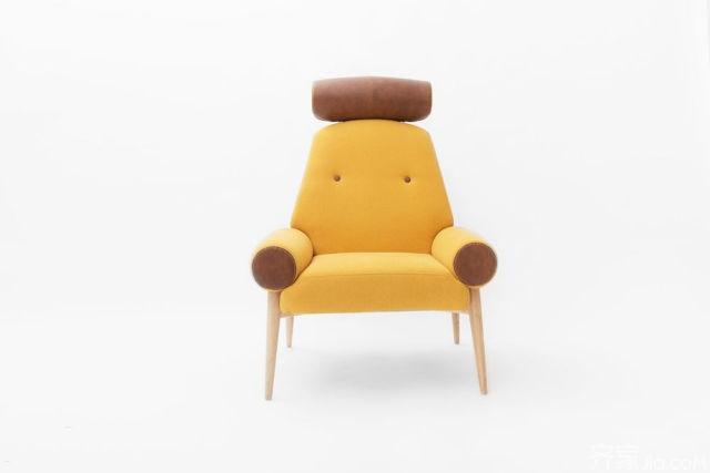 这里有四把椅子和一张抽风的桌子