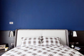 简约风格卧室 宝蓝色背景墙设计