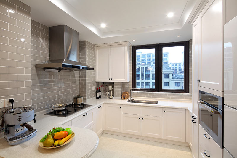 130平米简美带吧台厨房装修图片