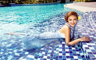庭院游泳池美女图片欣赏