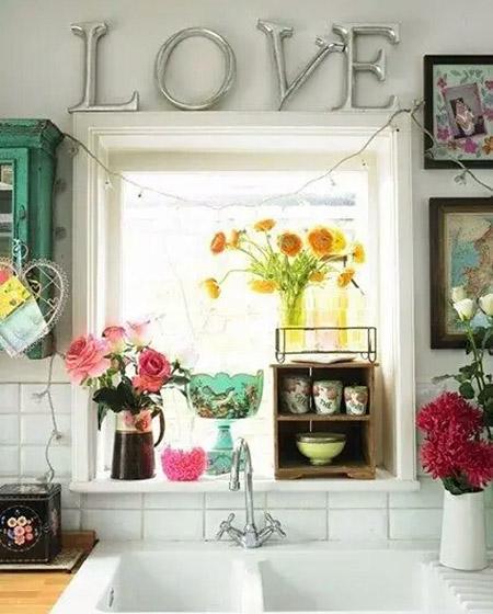 厨房窗户花卉摆放图片