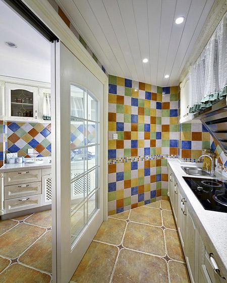 复古地中海风厨房 彩色马赛克墙砖设计