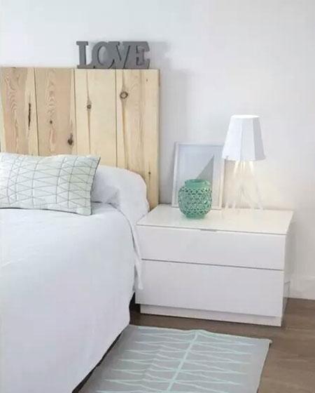 原木色卧室木制床头装饰