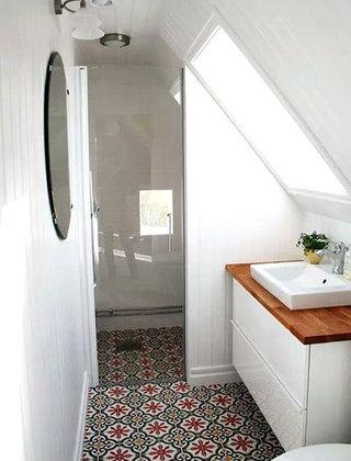 卫生间彩色瓷砖地板装修