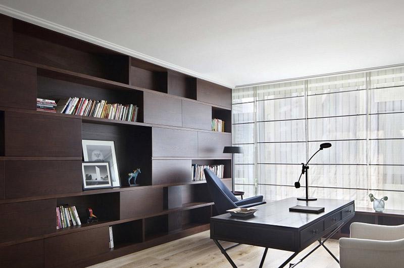 日系书房咖色系博古架设计
