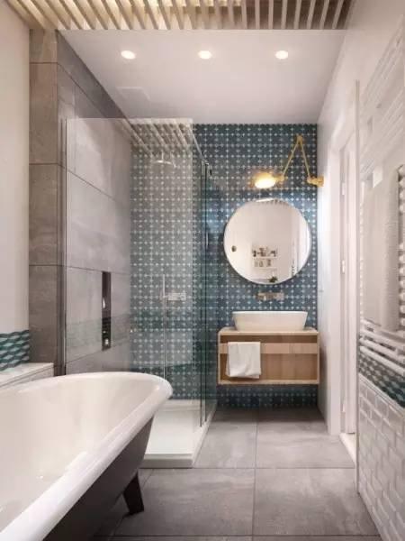 厕所的蓝色花纹瓷砖看起来清新自然