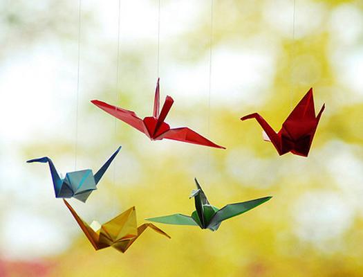 小时候大家应该都有折过千纸鹤,记得从前有个传说就是坚持一千天每天折一枝千纸鹤,然后把这些千纸鹤送给自己喜欢的人,就可以给他带来幸福实现一个愿望。但是,还有很多人并不知道怎么折千纸鹤。折千纸鹤看起来很复杂,其实叠起来并没有那么难。那么,接下来小编就为大家分享怎么折千纸鹤及千纸鹤折法图解。  千纸鹤折法图解一 千纸鹤的折法和其它一些折纸一样,其实并不复杂,只要用心学习,很快就能掌握。下面就来细细说说千纸鹤的折法吧!首先取一张正方形的纸,把纸的左上角和右下角(或右上角和左上角)重合,折成一个大三角形。再把它的两