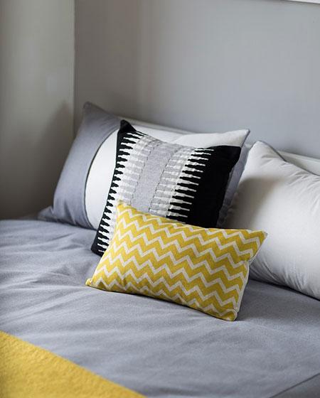21平一室一厅装修卧室抱枕图
