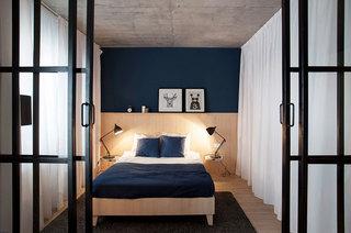 自然工业风混搭 深蓝色卧室背景墙欣赏