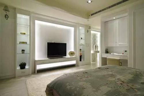 从上图中可以看出,采用了灰色文化石影视墙和咖啡绒大理石电视柜的