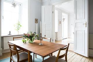 94平一居室装修木质餐桌图片