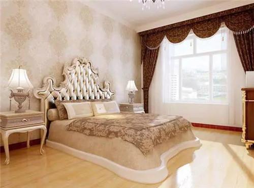 白色床铺上放了红色的枕头,很明显的欧式风格的设计.图片