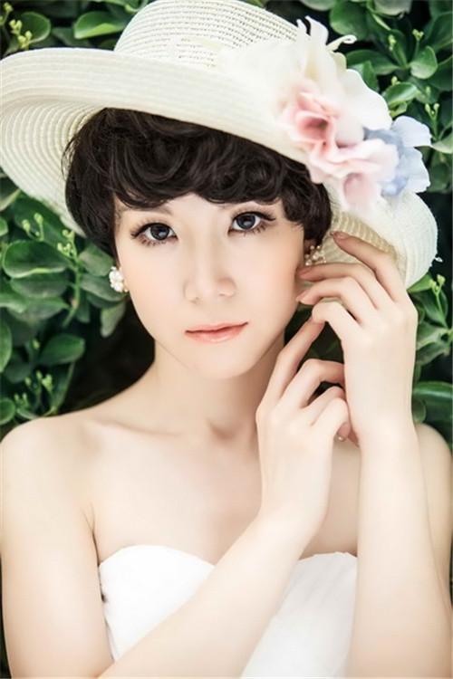 新娘造型 正文  蓬松带卷的 短发新娘婚纱照发型清新迷人,齐耳的发型图片
