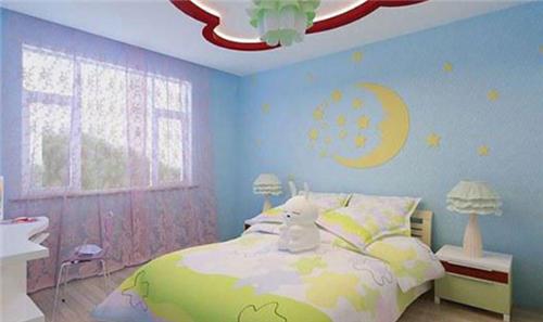 天蓝色的硅藻泥墙面上有着星星和月亮的图案,粉色的窗纱搭配黄色的