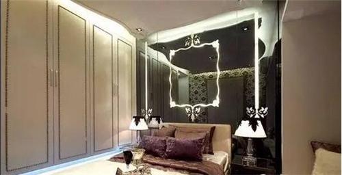 隐藏式的衣柜推拉门设计装饰效果极强,采用白灰条纹的搭配显得时尚图片