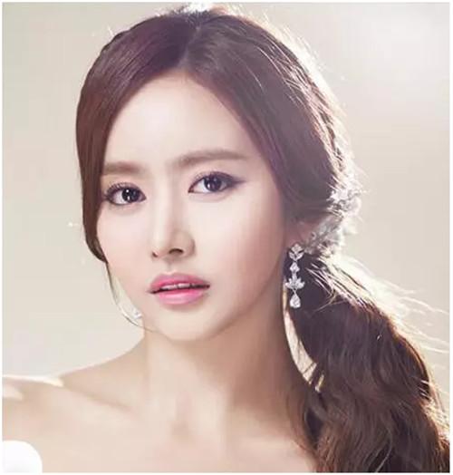 发型,将额前头发全部用复古的花朵发饰盘起,露出新娘的精致容颜,披肩图片