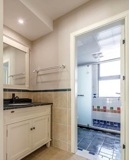 143平美式三居卫生间隔断装修