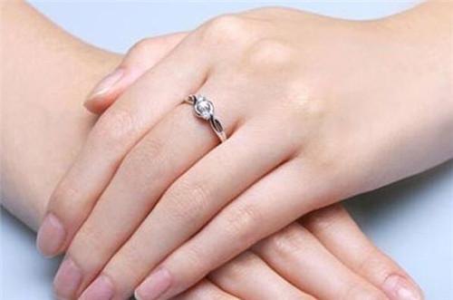 订婚戴哪个手指 每个手指戴戒指的含义图片