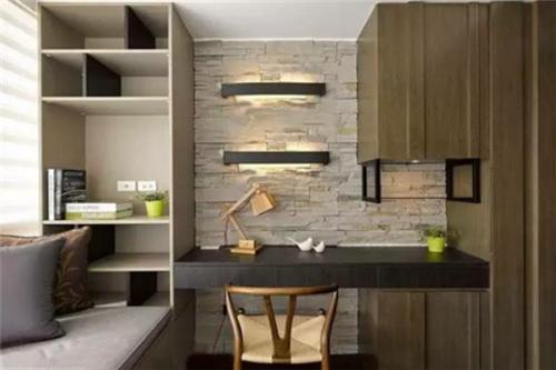 这张图中的书房设计略显简单,不过却个性十足,尤其是书桌上的墙面图片