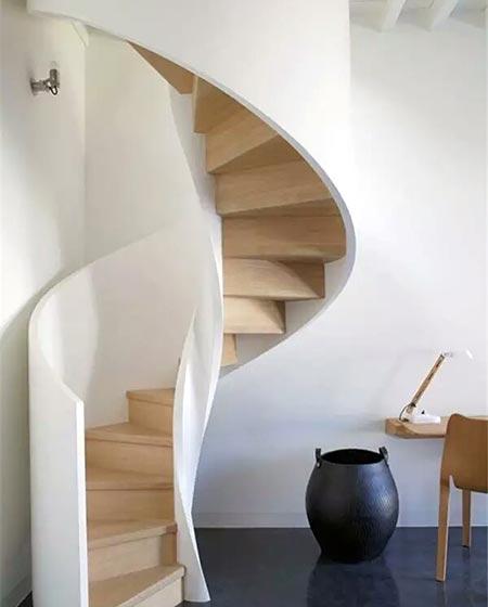 挑高装修木质楼梯效果图